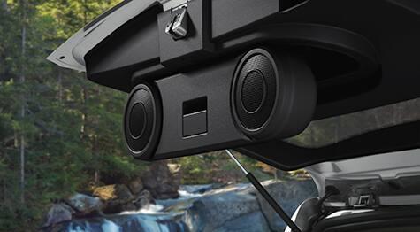 Altavoces en puerta trasera levadiza del grupo sol y sonido de Jeep Patriot 2016