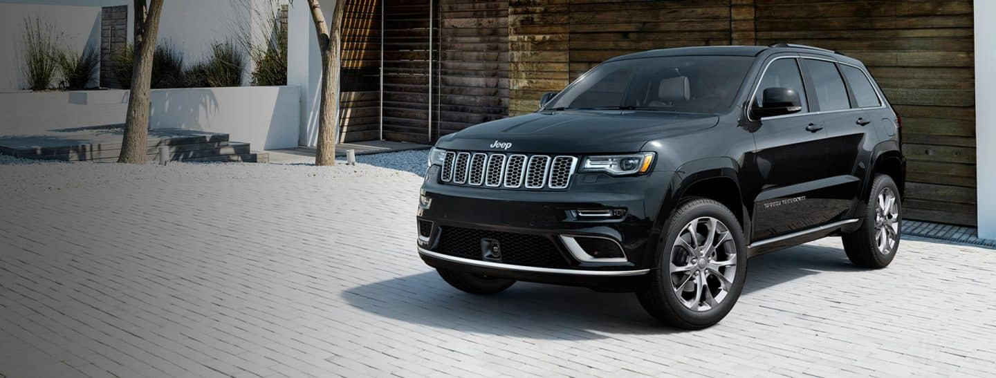 2019-jeep-grand-cherokee-overview-hero-summit-driveway