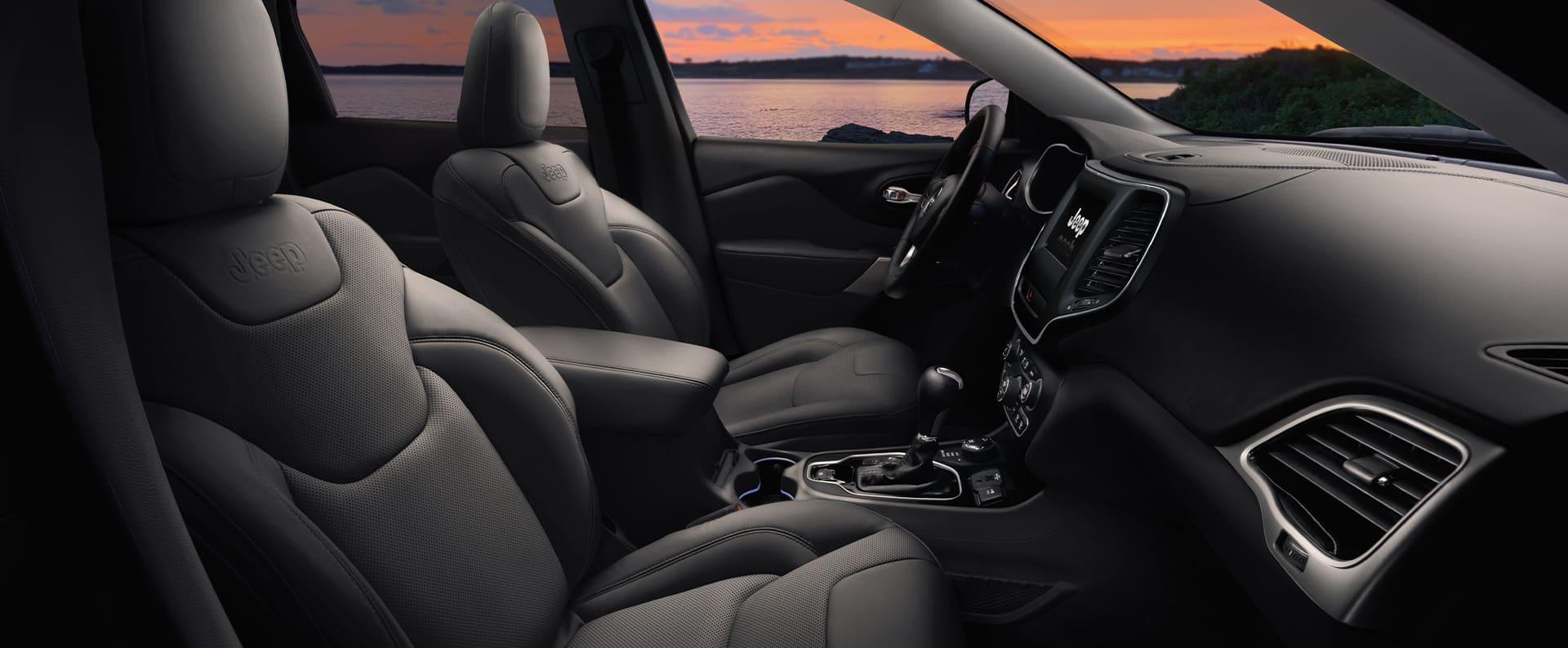 El interior delJeep Cherokee2021 enfocándose en los asientos delanteros.