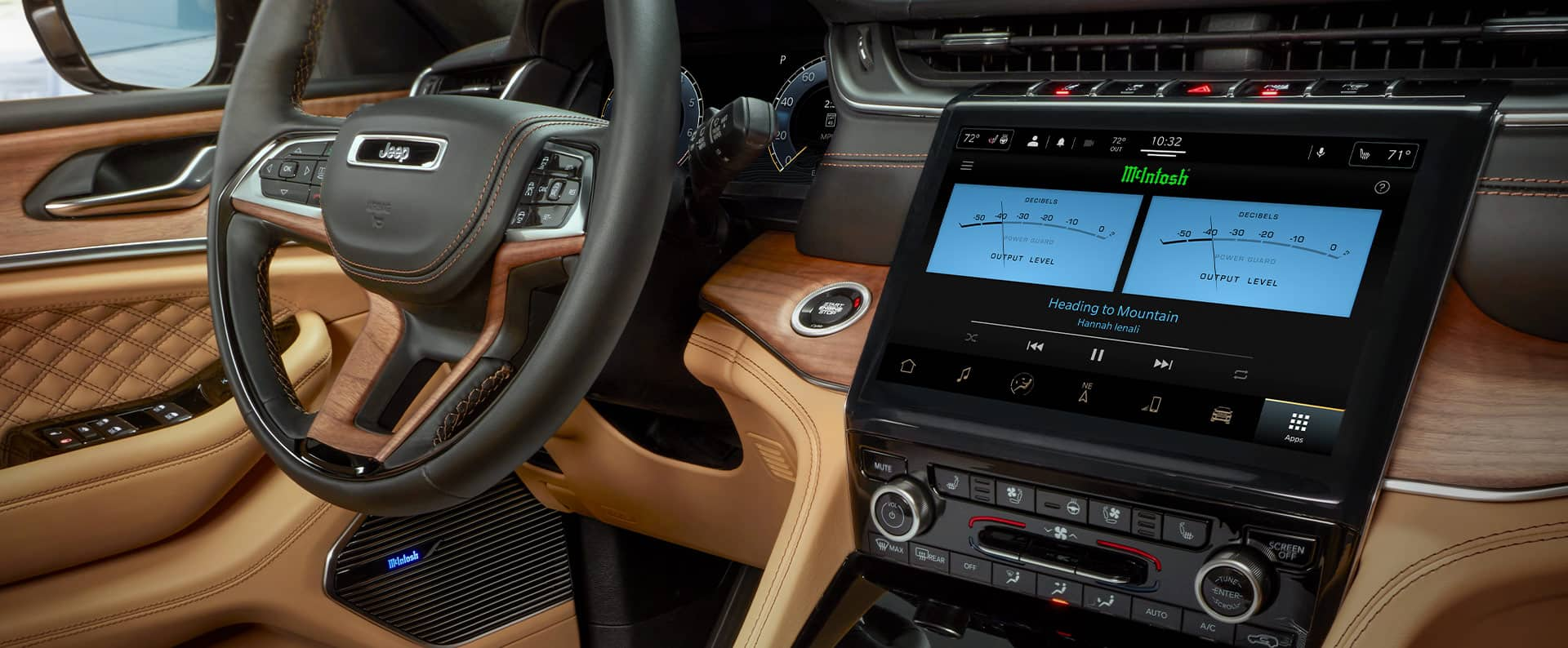 El interior delJeep Grand Cherokee L Summit Reserve2021 con la pantalla táctil donde se ven las configuraciones de potencia en vatios para los altavocesMcIntosh.