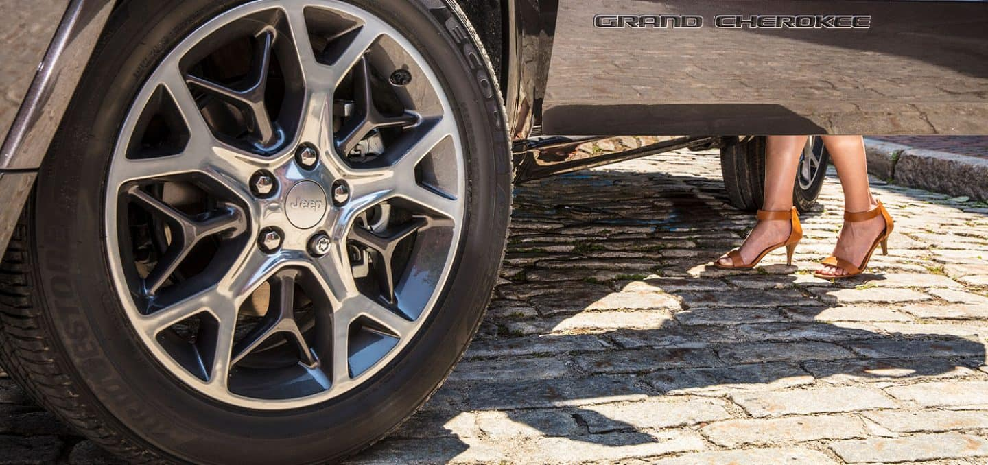 Display A closeup of the wheel on the 2021 Jeep Grand Cherokee Overland.