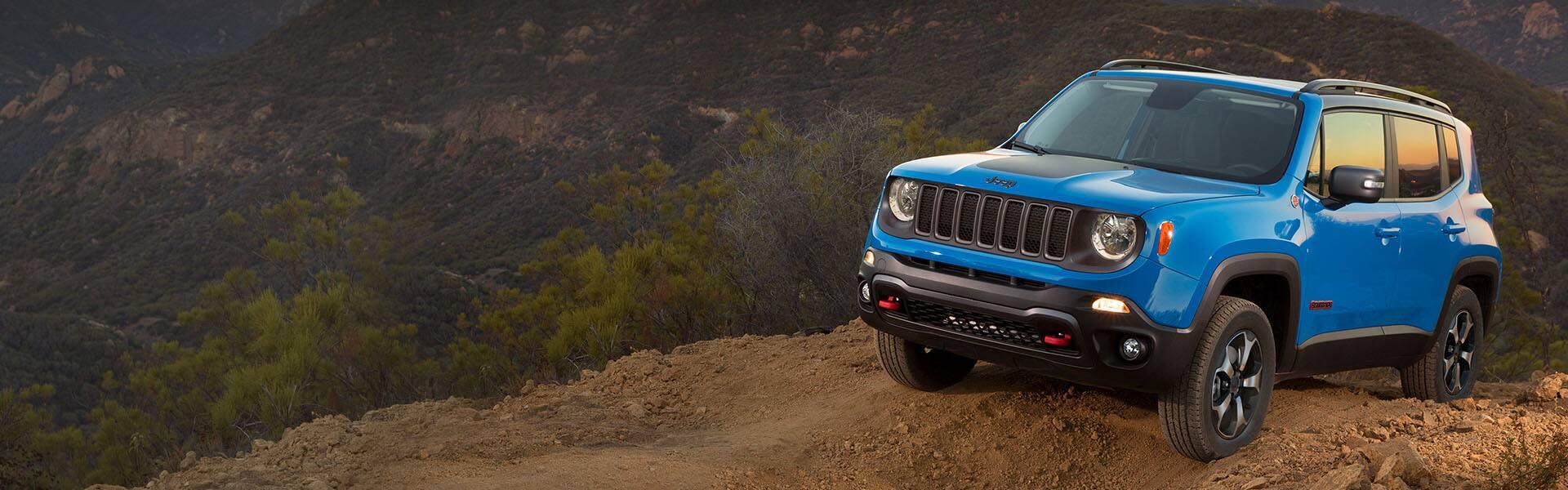 El Jeep Renegade Trailhawk 2021 en un camino de tierra en las montañas.