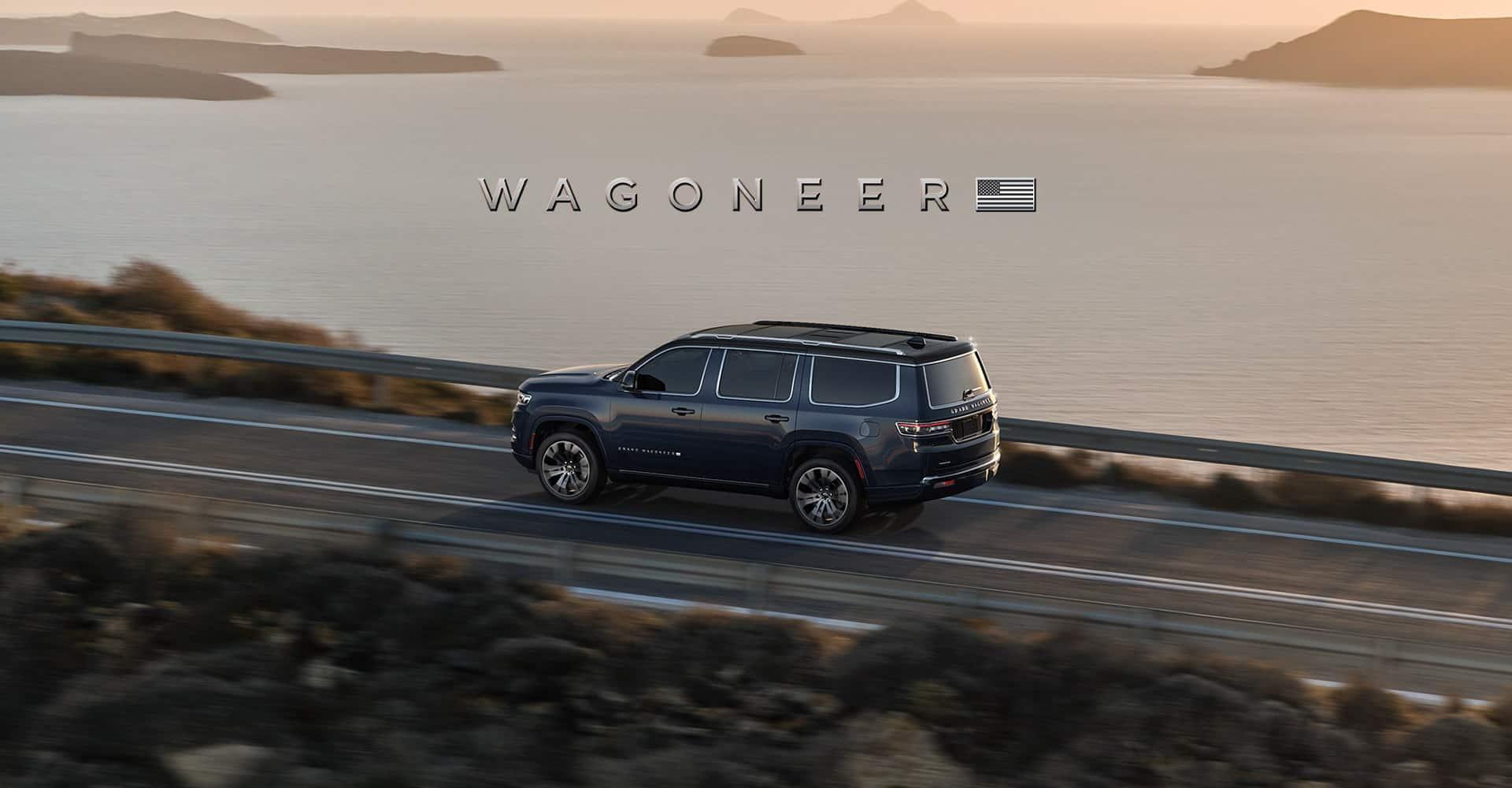 Wagoneer. ElWagoneer2022 yGrand Wagoneer2022 estacionados en la entrada de un chalet grande.