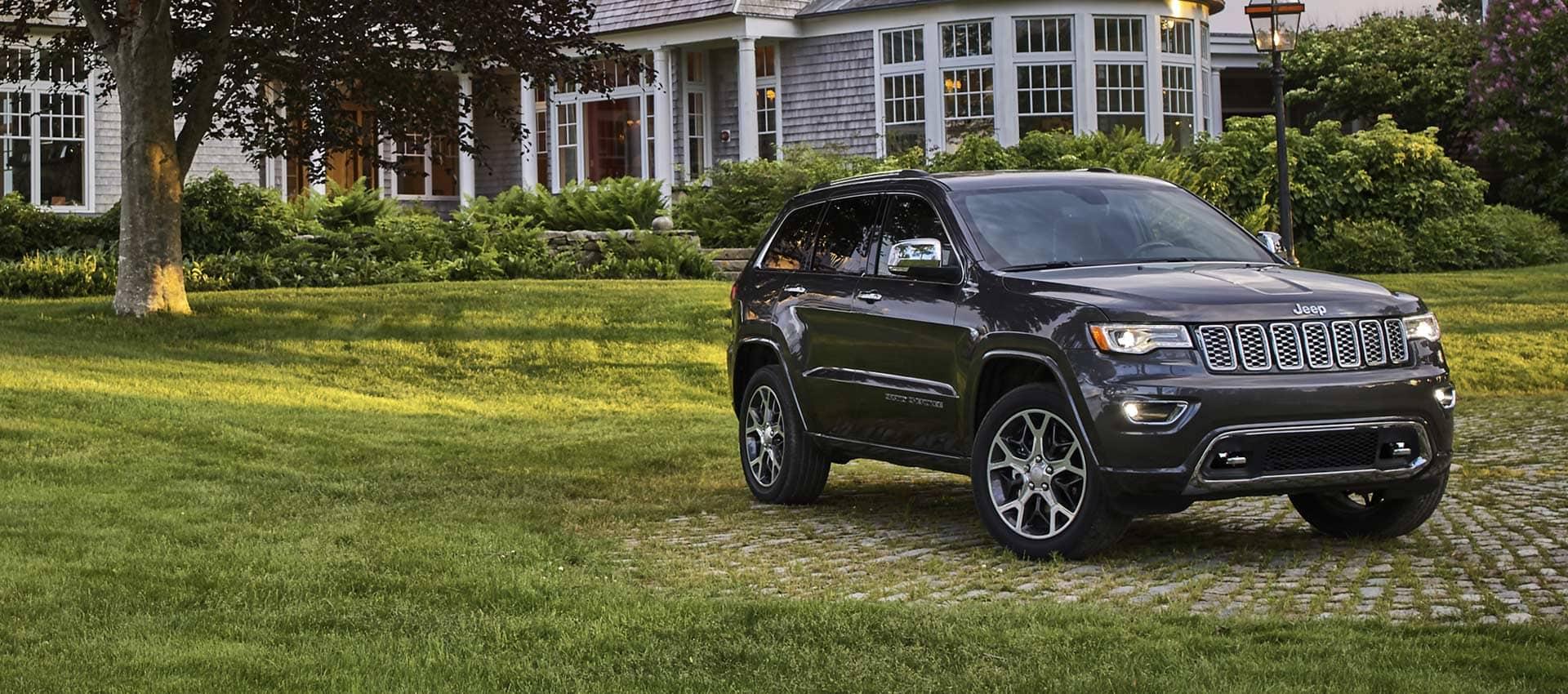 El Jeep Grand Cherokee Overland 2021 estacionado frente a una casa majestuosa.