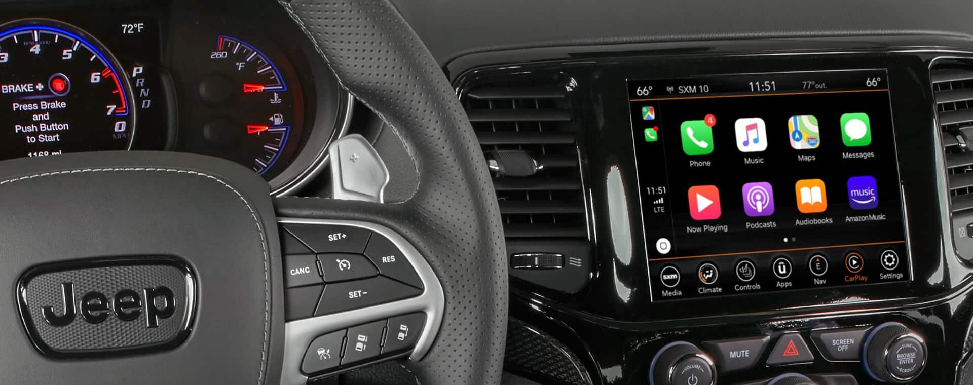 Primer plano de la pantalla táctil mostrandoApple Carplay.